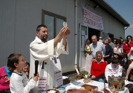Don Santoro delle Piagge, punito dal Vescovo per aver celebrato un matrimonio tra due persone