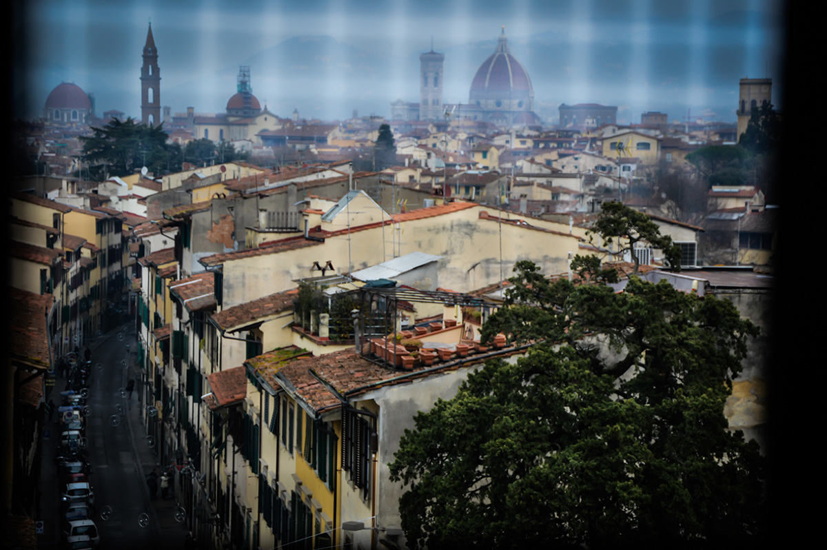 guardo Firenze da dietro una grata di una delle mie finestre.  Quand'ero giovane io la Cupola non c'era ancora