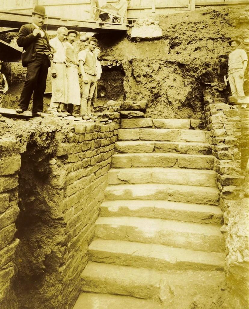 la scoperta della scalinata che portava alla fonte sotterranea, nel 1890. da http://www.firenzefiesolemusei.it/percorso1tappa3sdp/