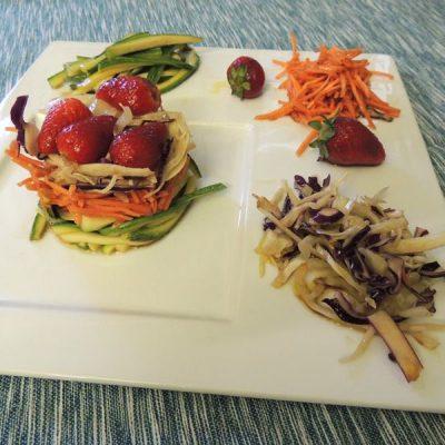 Verdure e fragole che crudités
