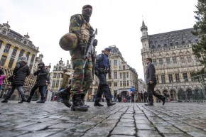 Belgian soldiers patrol on Brussels Grand Place after security was tightened in Belgium following the fatal attacks in Paris on Friday, in Brussels, Belgium, November 20, 2015. REUTERS/Yves Herman - RTS83UQ